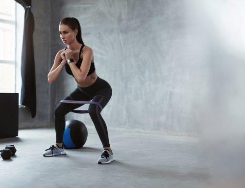 Ćwiczenia w domu na brzuch, uda i pośladki z użyciem gum
